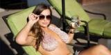 Женские тренды: Среди девушек набирает популярность гамак-полотенце для груди (Фото)