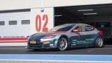 Гоночный автомобиль Tesla Model S разгоняется от 0 до 100 км/ч за две секунды